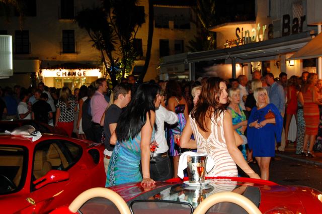 champagne op ferrari bij sinatra bar in Puerto Banus Marbella