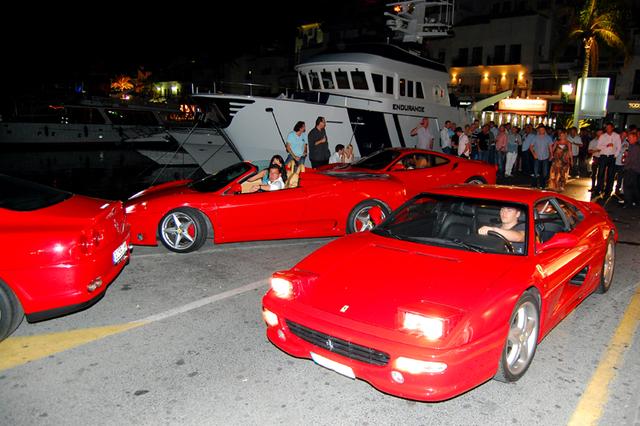 ferrari´s rijden weg bij sinatra in Puerto Banus Marbella