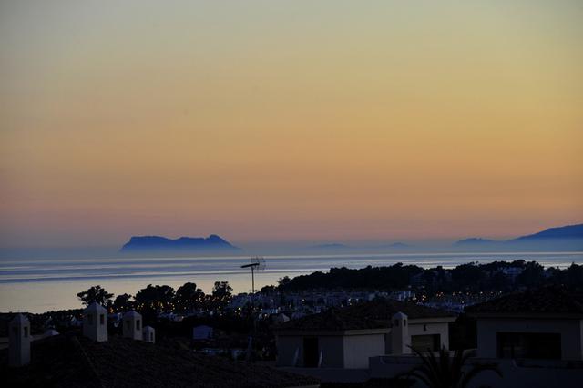 sunset gibraltar met horizontale wolkenlijnen web