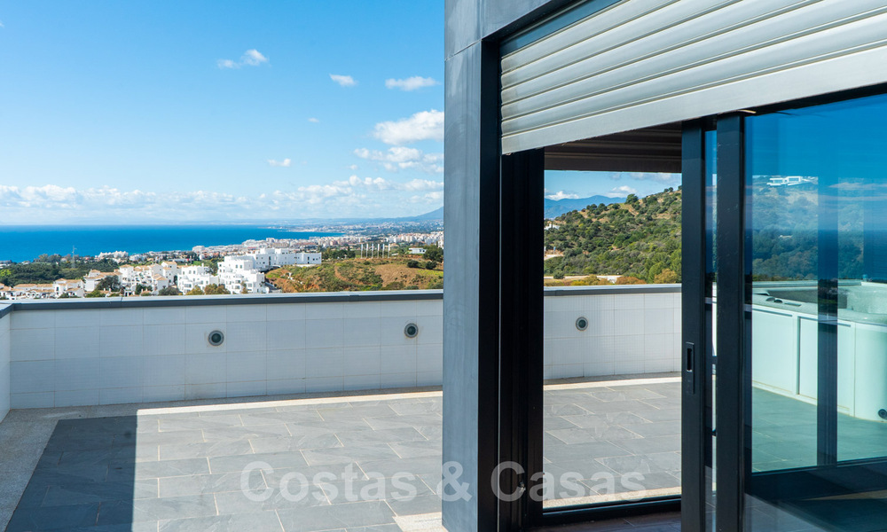 Move in ready! Modern villa for sale with stunning open sea views just east of Marbella centre 32729
