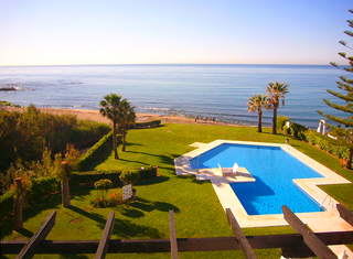 Bargain: Beachfront penthouse apartment for sale, on the border between Marbella and Mijas at the Costa del Sol.