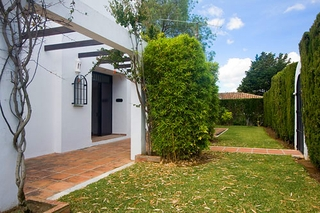Villa with large garden for sale between Marbella and Estepona 3