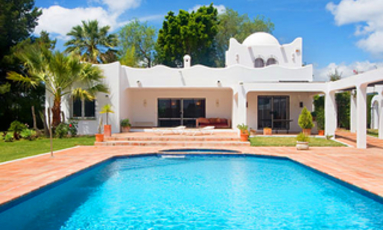 Villa with large garden for sale between Marbella and Estepona 1