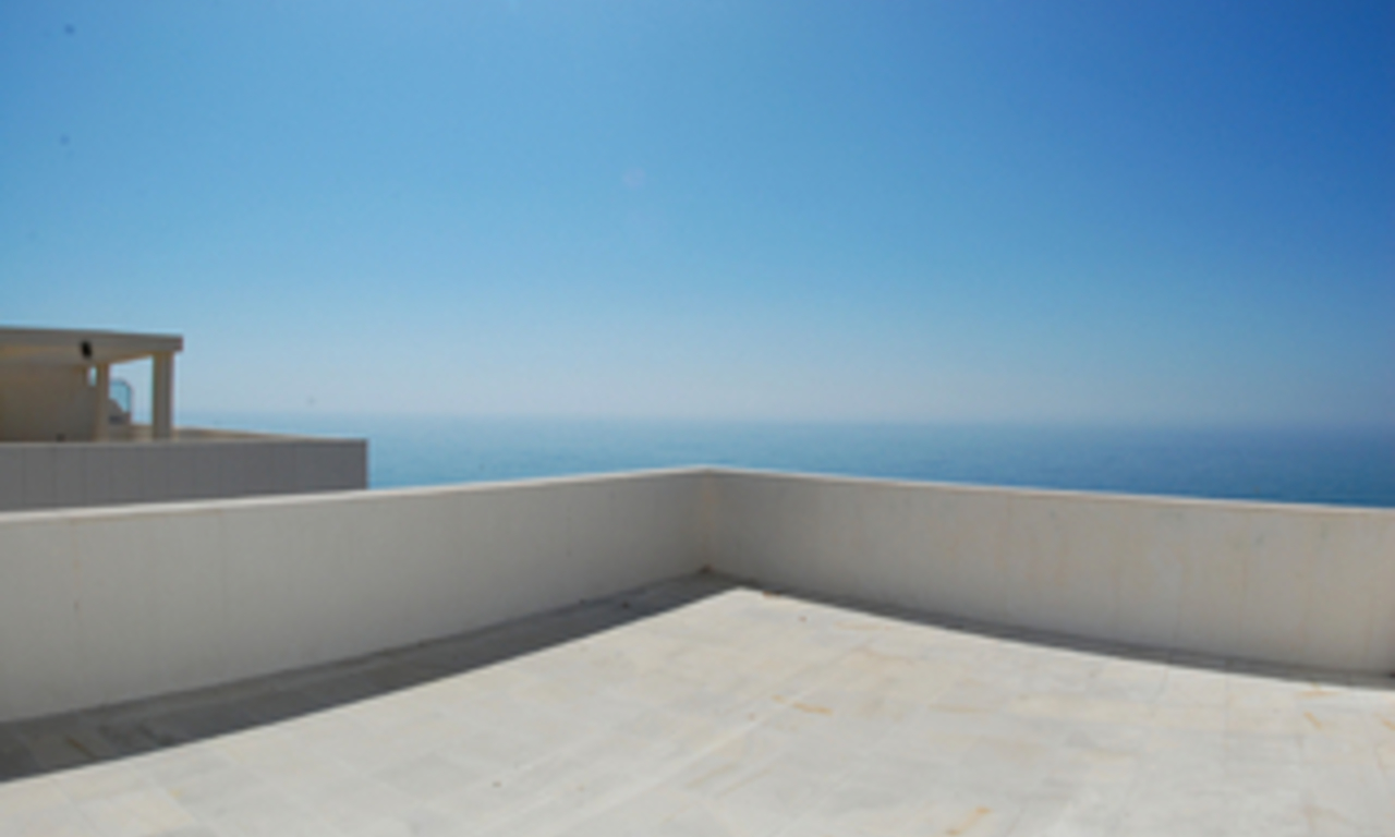 New frontline beach penthouse for sale, on the boulevard in the centre of Estepona 4