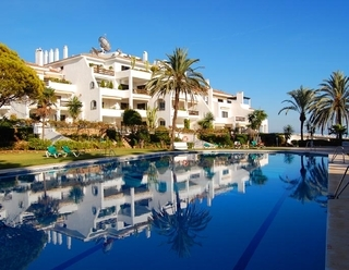 Beachfront apartment to buy on the Golden Mile between Marbella centre and Puerto Banus