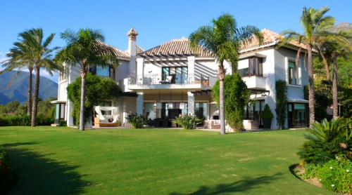 Exclusive luxury villa for sale in Marbella area on a large private plot. 1