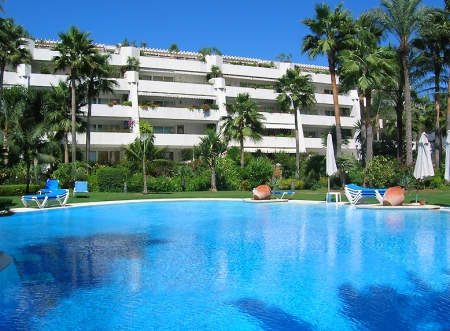 Beachfront apartment for sale, first line beach Puerto Banus - Marbella 3
