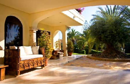 Beachfront villa property for sale in Los Monteros Playa, Marbella 5