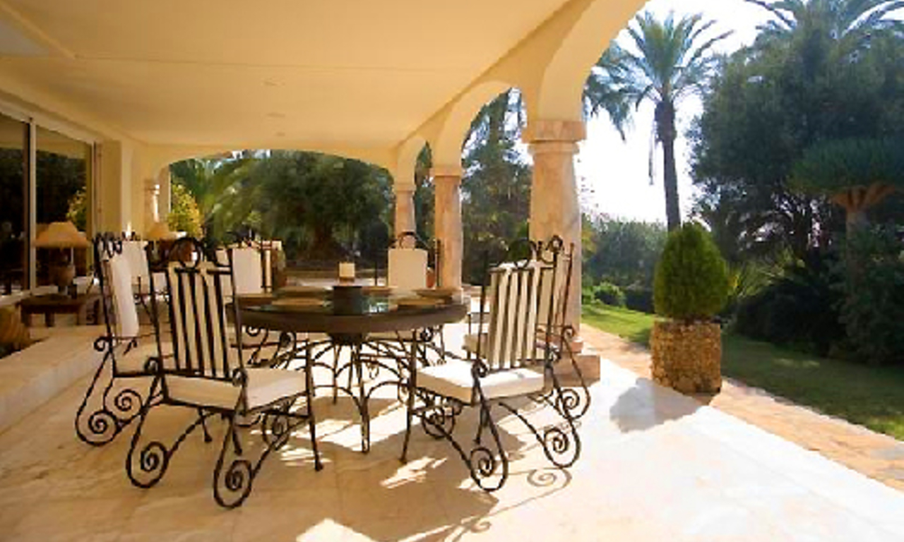 Beachfront villa property for sale in Los Monteros Playa, Marbella 6