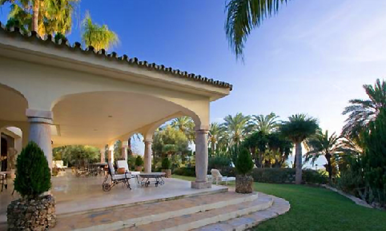 Beachfront villa property for sale in Los Monteros Playa, Marbella 4