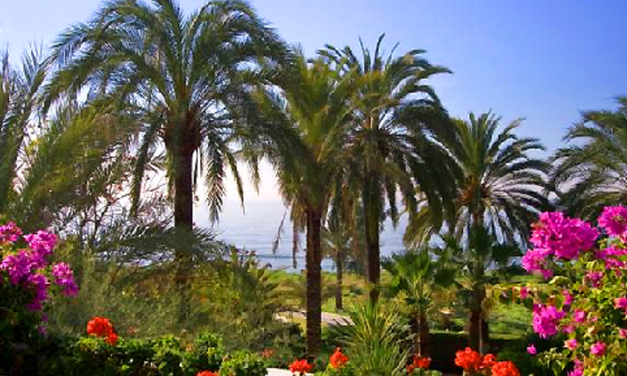 Beachfront villa property for sale in Los Monteros Playa, Marbella 7