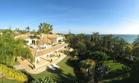 Beachfront villa property for sale in Los Monteros Playa, Marbella 1