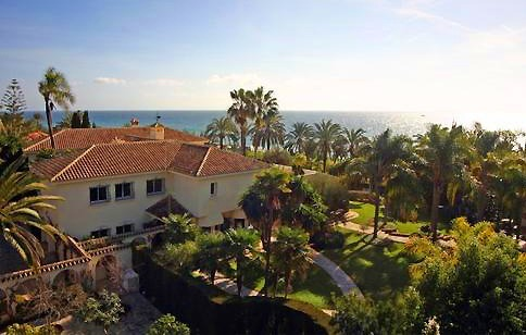 Beachfront villa property for sale in Los Monteros Playa, Marbella