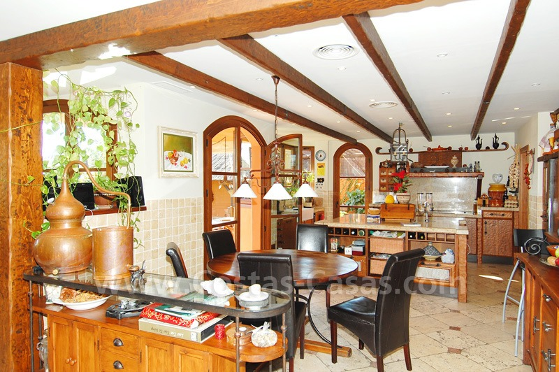 Charming beachside detached villa for sale in Eastern Marbella 8