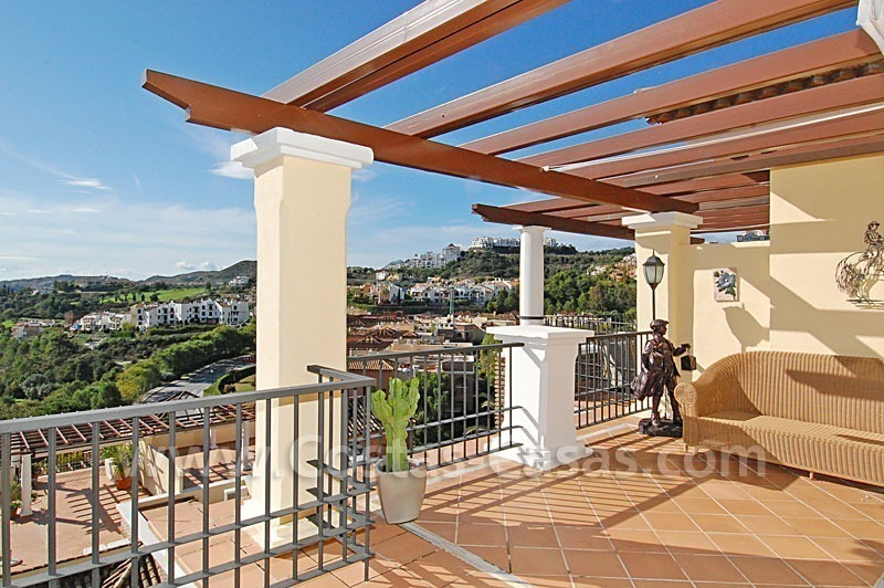 Bargain penthouse apartment for sale in a gated first line golf complex, Marbella – Benahavis 4