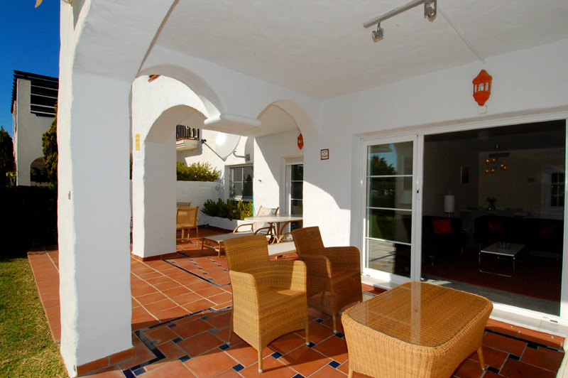 Cozy ground-floor apartment for sale on beachfront complex in Marbella