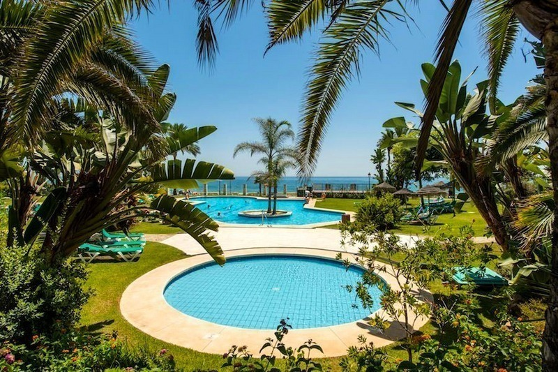 Beachfront apartment for sale on the Golden Mile in Marbella