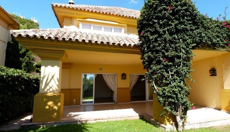 Townhouse for sale in a golf area of Marbella 0