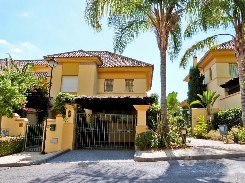Townhouse for sale in a golf area of Marbella 1