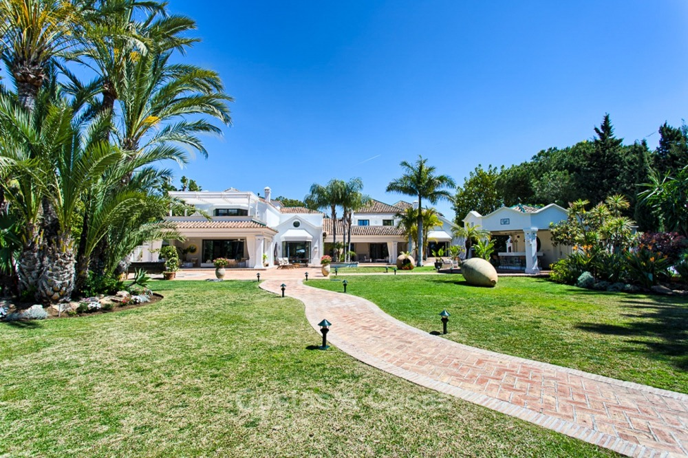 Spectacular beachside luxury villa for sale in Marbella West 11137