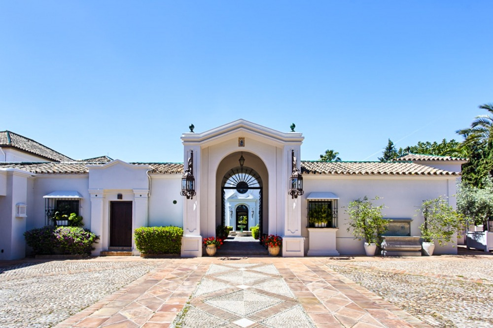 Spectacular beachside luxury villa for sale in Marbella West 11138