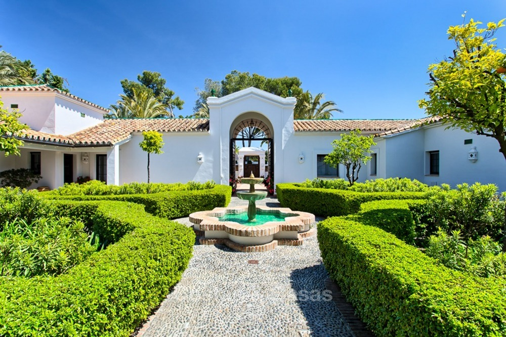 Spectacular beachside luxury villa for sale in Marbella West 11144
