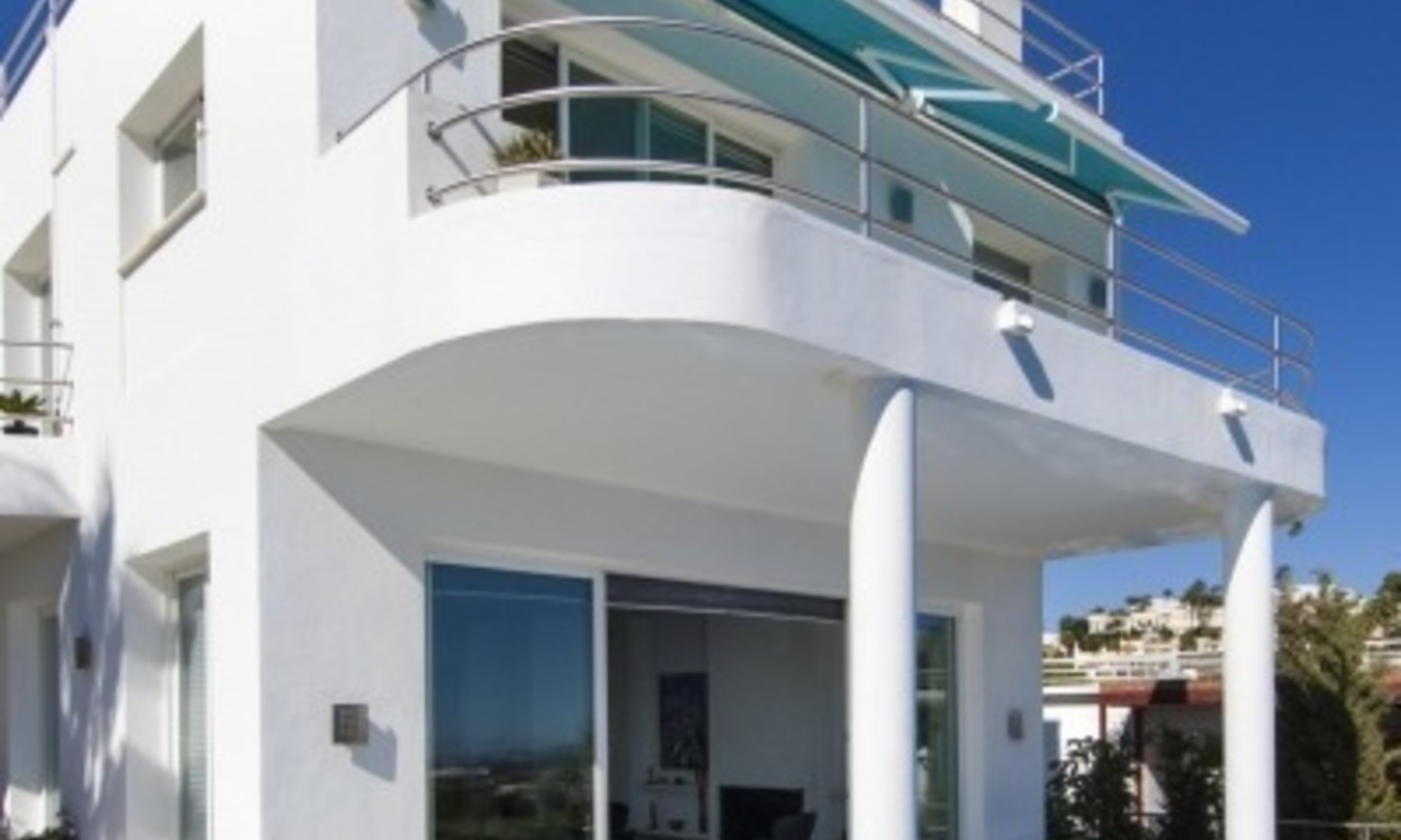Contemporary golf villa for sale with splendid sea view in an up-market area of Nueva Andalucia - Marbella 2