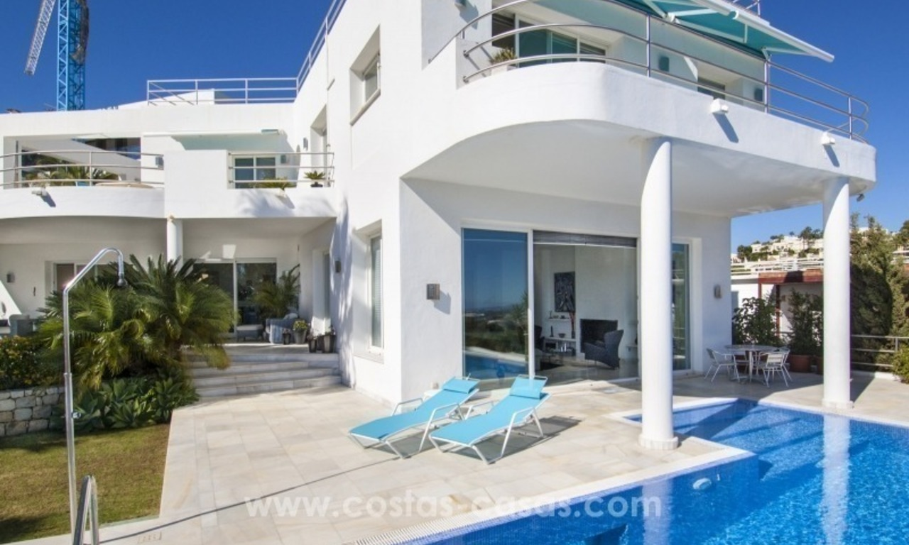 Contemporary golf villa for sale with splendid sea view in an up-market area of Nueva Andalucia - Marbella 3