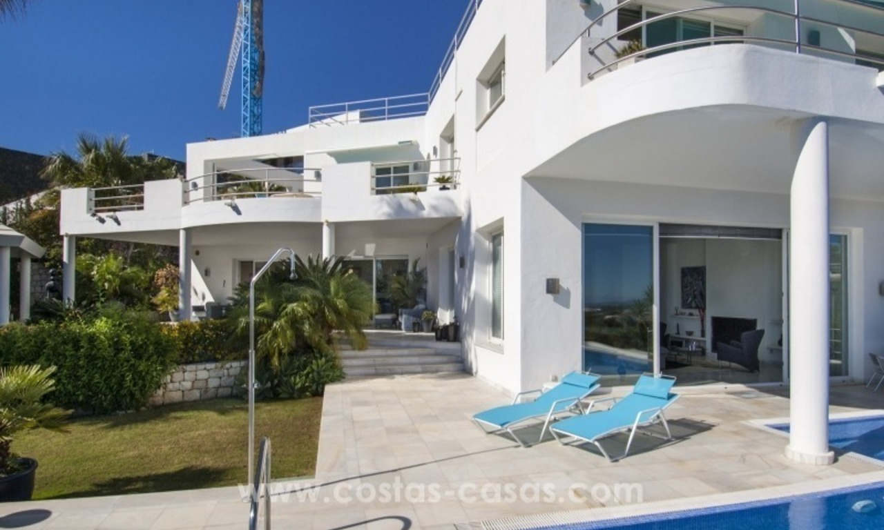 Contemporary golf villa for sale with splendid sea view in an up-market area of Nueva Andalucia - Marbella 4