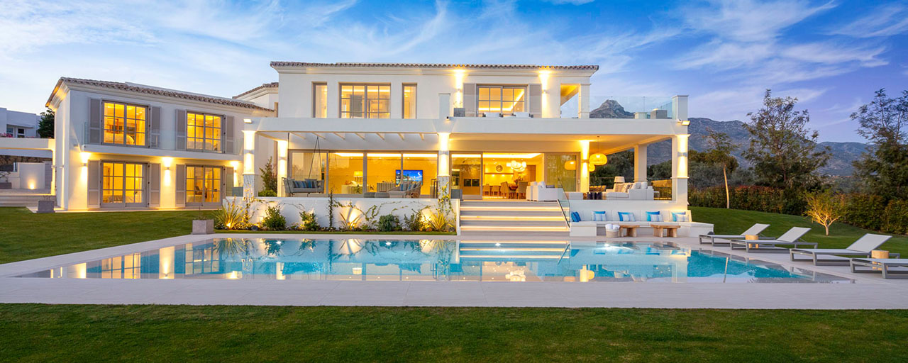 Prestigious luxury villa on an exceptional location for sale, frontline golf, sea views and ready to move in - Nueva Andalucia, Marbella