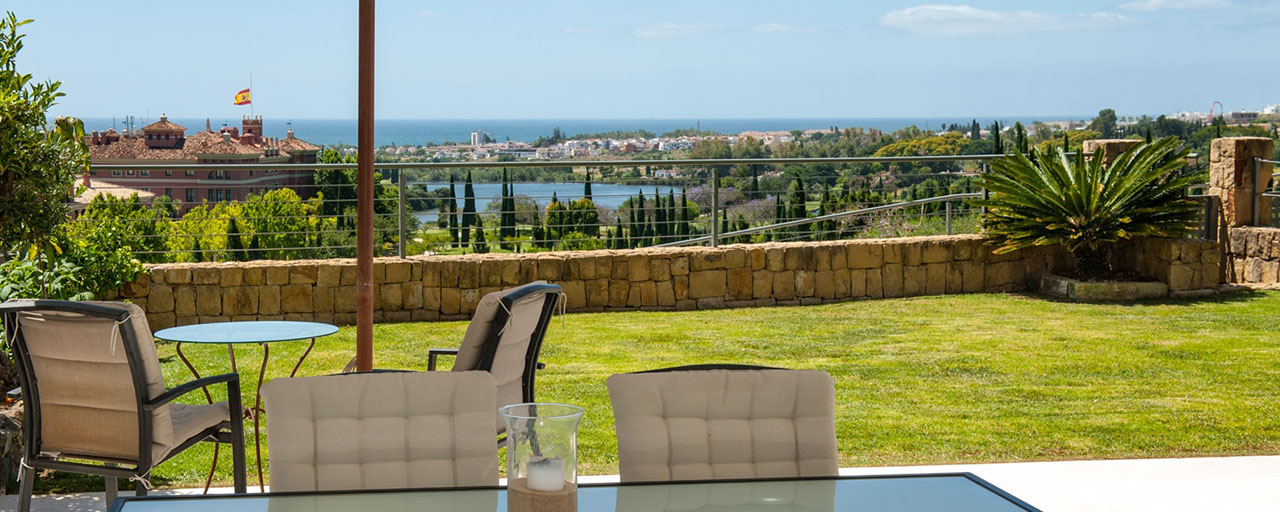 Modern front-line golf apartment with beautiful golf and sea views for sale in Los Flamingos Golf in Marbella - Benahavis