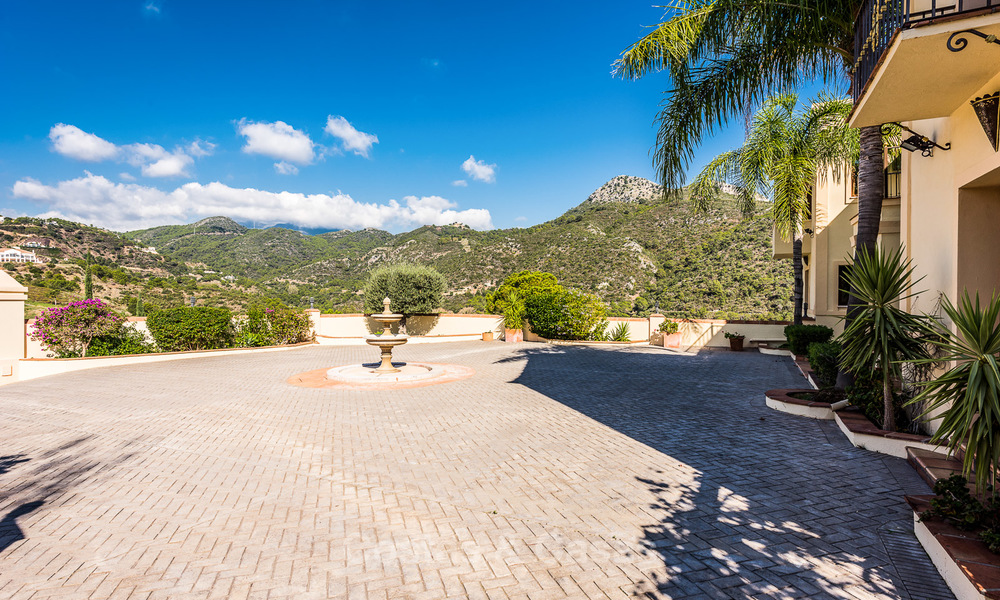 Classical Style Villa for sale with Sea- and Mountain views, located in Exclusive Golf and Country Club in Benahavis, Marbella 3152
