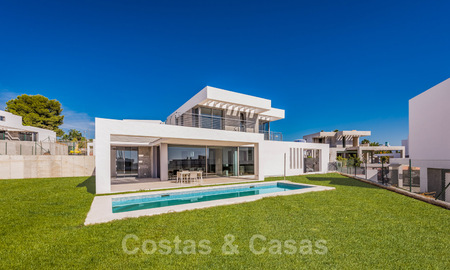 Special offer for the last villa! Key ready! Stunning, spacious, modern luxury villas with sea views for sale in a new complex between Estepona and Marbella 32043