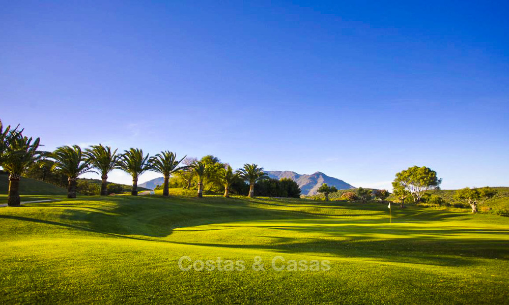 New, modern and exclusive golf townhouses with spectacular golf views for sale in Estepona. Discount! 12149