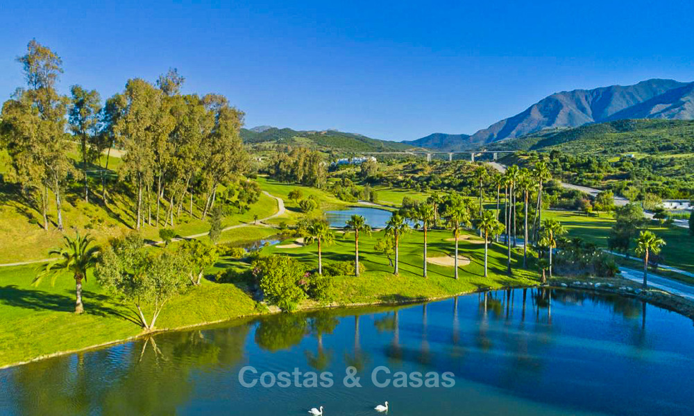 New, modern and exclusive golf townhouses with spectacular golf views for sale in Estepona. Discount! 12151