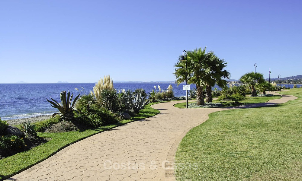 Attractive, spacious apartment in an exclusive beachfront complex for sale, between Marbella and Estepona 12328