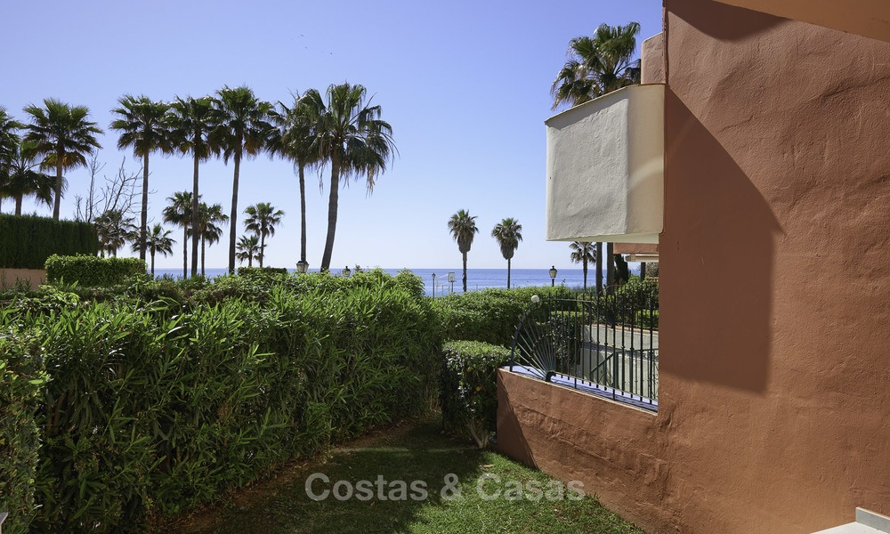 Fully renovated townhouse in beachfront complex for sale, with sea views and direct access to the beach, between Estepona and Marbella 12170
