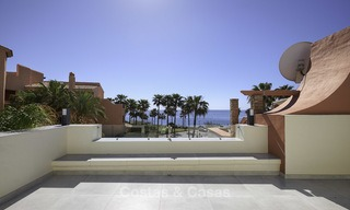 Fully renovated townhouse in beachfront complex for sale, with sea views and direct access to the beach, between Estepona and Marbella 12174