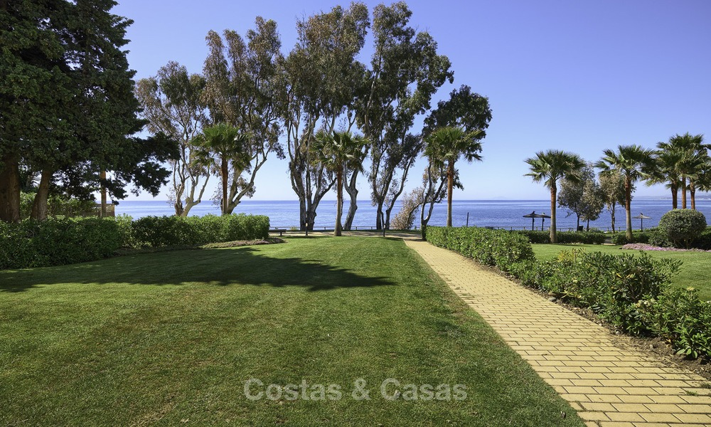 Fully renovated townhouse in beachfront complex for sale, with sea views and direct access to the beach, between Estepona and Marbella 12179