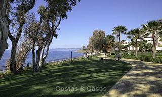 Fully renovated townhouse in beachfront complex for sale, with sea views and direct access to the beach, between Estepona and Marbella 12180