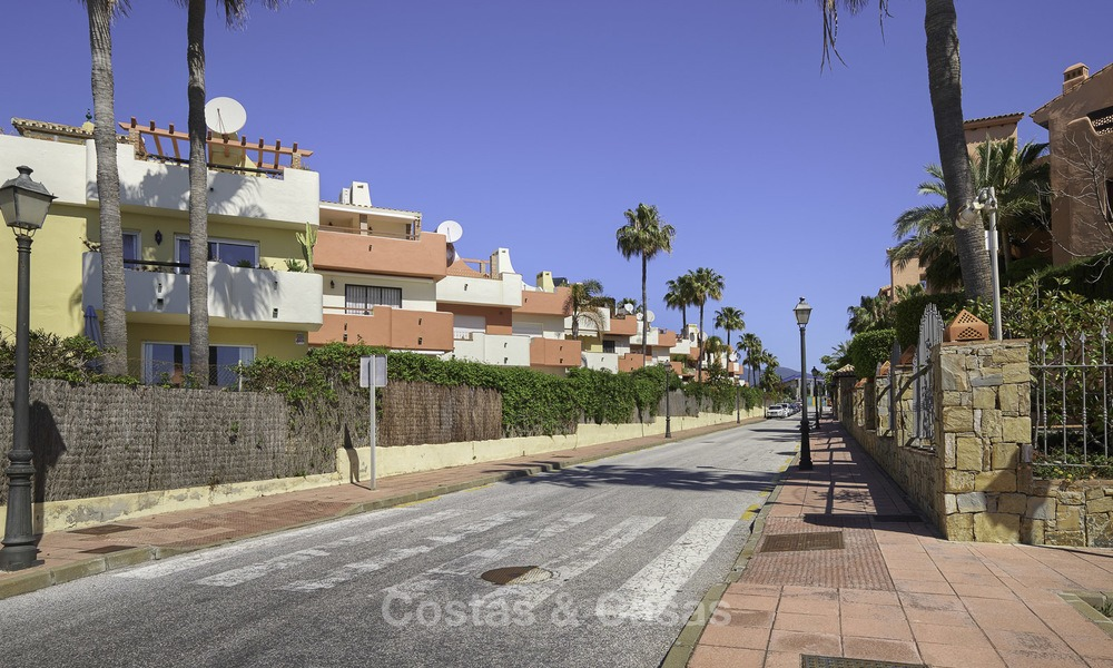 Fully renovated townhouse in beachfront complex for sale, with sea views and direct access to the beach, between Estepona and Marbella 12181