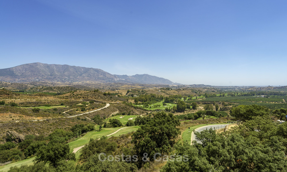 New, move-in ready, modern townhouses for sale on an acclaimed golf resort in Mijas, Costa del Sol. 10% discount! 15662