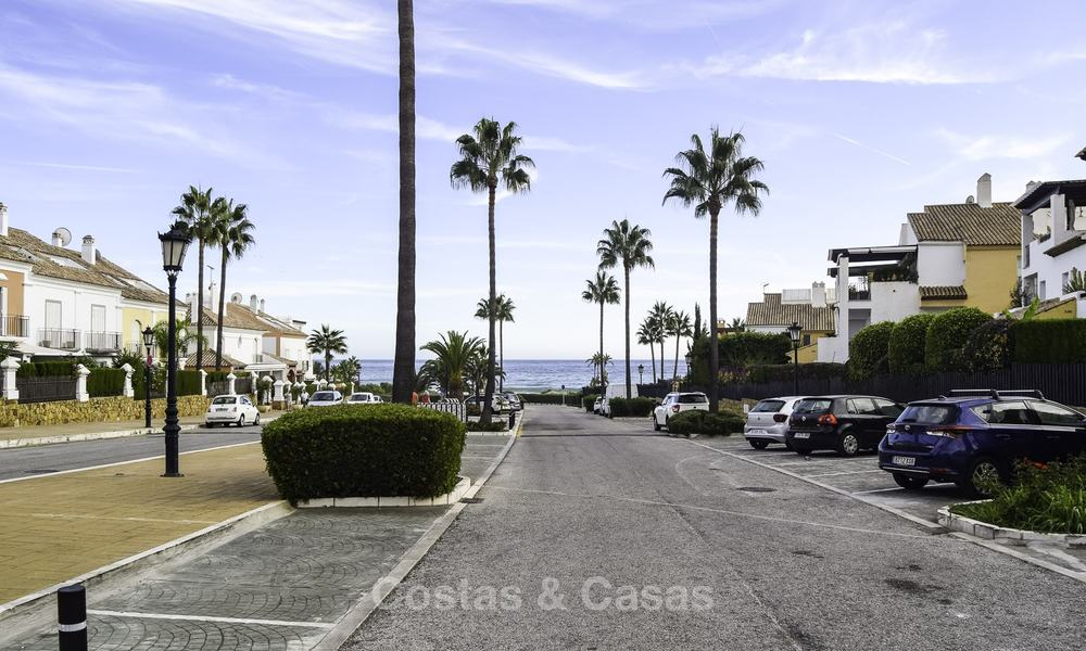 Attractive apartment for sale in a looked after beachfront complex, East Marbella 19595