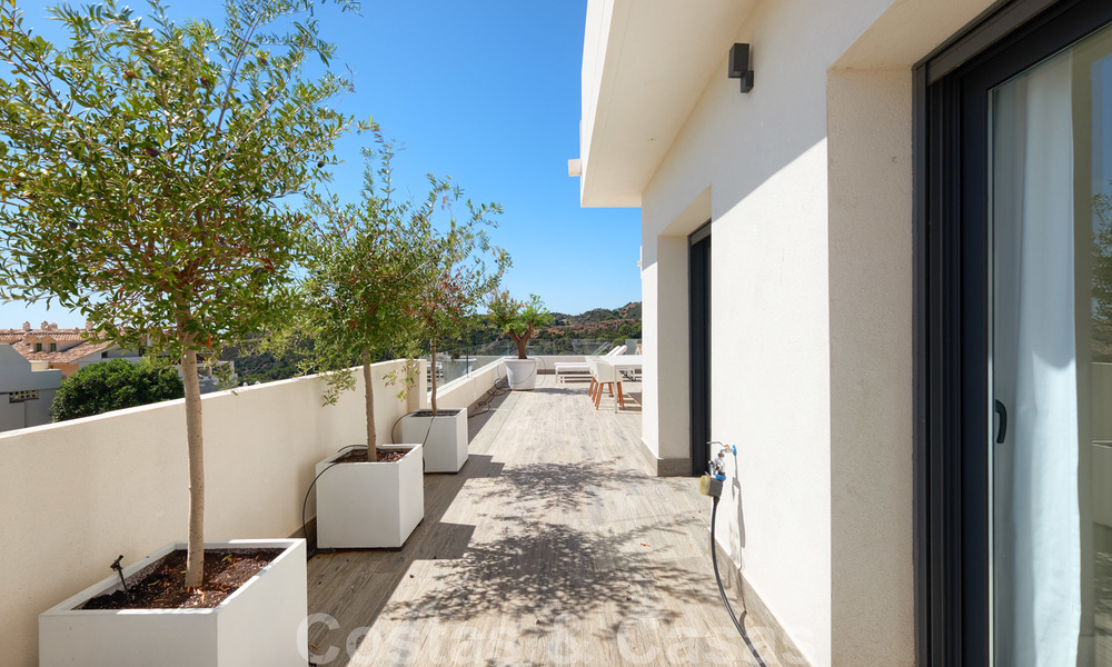 Bright and spacious middle floor apartment with an enormous terrace for sale on the New Golden Mile, Marbella - Estepona 22123
