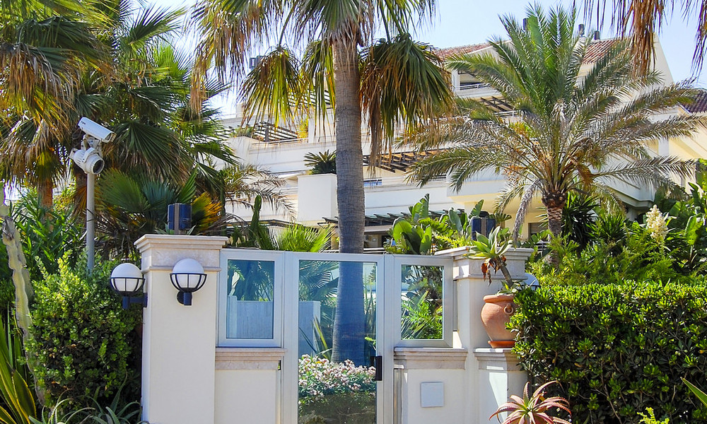 Oasis de Banus: Beachfront luxury apartments for sale on the Golden Mile, Marbella, within walking distance to Puerto Banus 23070