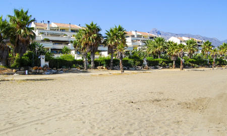 Oasis de Banus: Beachfront luxury apartments for sale on the Golden Mile, Marbella, within walking distance to Puerto Banus 23071