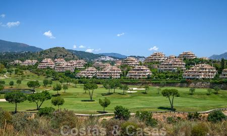 Spacious luxury apartments with a large terrace and panoramic views in a stylish complex surrounded by a golf course in Marbella - Benahavis 25159