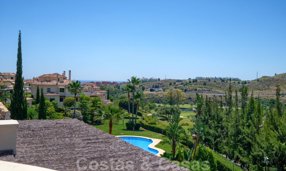 Spacious luxury apartments with a large terrace and panoramic views in a stylish complex surrounded by a golf course in Marbella - Benahavis 25162