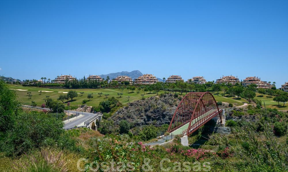 Spacious luxury apartments with a large terrace and panoramic views in a stylish complex surrounded by a golf course in Marbella - Benahavis 25165