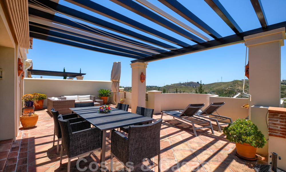 Spacious luxury apartments with a large terrace and panoramic views in a stylish complex surrounded by a golf course in Marbella - Benahavis 25169